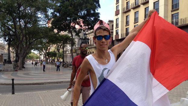joven-ondea-bandera-francesa-Habana_CYMIMA20160505_0019_13