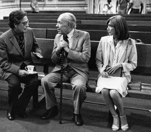 Octavio-Paz-Jorge-Luis-Borges-y-María-Kodama-en-la-capilla-del-Palacio-de-Minería-1981.