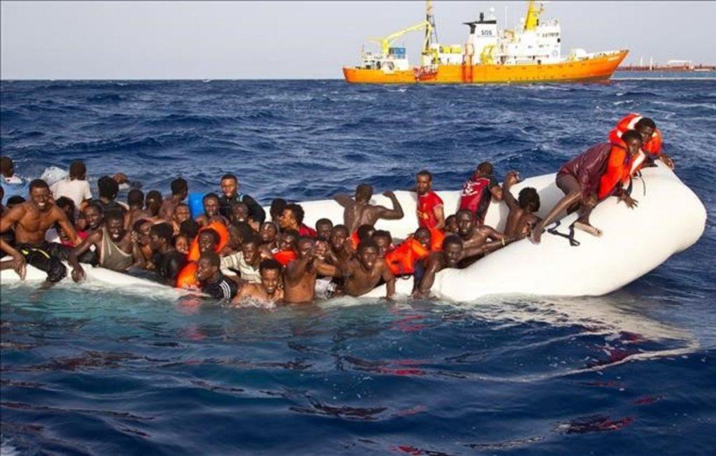 LA10 LAMPEDUSA ITALIA 18 04 2016 - Fotografia facilitada por la ONG Sos Mediterranee que muestra a vario inmigrantes momentos antes de ser rescatados en alta mar cerca de la costa italiana hoy 18 de abril de 2016 Los servicios de rescate han recuperado los cuerpos de seis personas y han rescatado a 108 en alta mar EFE Ong Sos Mediterranee SOLO USO EDITORIAL PROHIBIDA SU VENTA