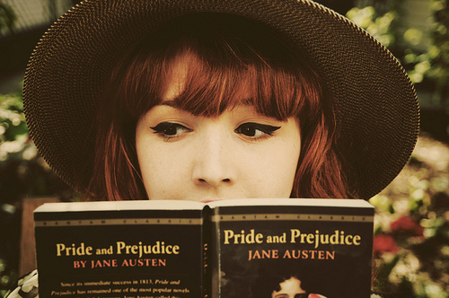 pretty-girl-reading-a-book-chica-leyendo-pride-and-prejuice